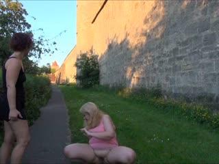 Direkt an der Stadtmauer pissen meine Freundin und ich einfach drauf los. Überall laufen Leute und fahren Autos.
