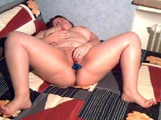 Hier kannst Du sehen wie ich für Dich strippe und mich dann mit meinem Spielzeug bis zum orgasmus verwöhne. Mit Nahaufnahmen und O-Ton.