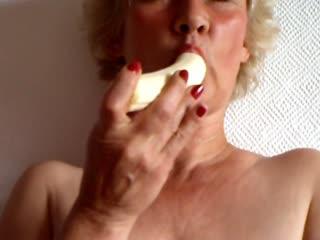 Oh man war ich geil heute morgen. Also schnell ne Banane in meine nasse Votze gesteckt, ein bischen gefingert und einen herrlichen Orgasmus gehabt.