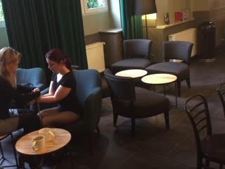 """Wir sind in der deutschen Hauptstadt und testen die Metropole auf ihre Toleranz. Also erstmal ab zum Starbucks, Bunny """"Lucy"""" auf den Sessel gesetzt und dekorativ verschnürt. Lassen sich die Hauptstadtbewohner aus der Ruhe bringen? Neugierige Blicke oder entspanntes Kaffeetrinken? Wie reagieren die Berliner? Wir testen es aus..."""