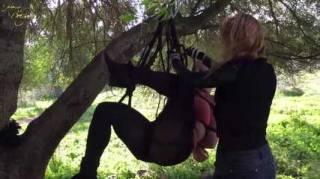Hera bastelt sich aus ihrer BunNyna unter einem Baum an der Küste ein sehr ansehnliches Windspiel. BunNynas Outfit erinnert dabei entfernt an Sharon Stone im Film