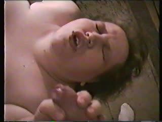 Ich will sein Sperma auf mein Schlampenmaul und hol ihm ein runter bis ich bekomme was ich möchte ..... Mit dem Sperma auf mein Mund pose ich dann noch was vor dir . Video ist aus meiner Jugendzeit - sorry für die typische VHS Quali .....