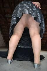 Dazu trage ich Nylons und ein schwarz-silbernes Kleid - und ich lasse Euch natürlich auch unter mein Kleid schauen :-)