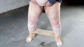 Und natürlich mit meinen neuen, silbernen Pantoletten.  Da die Strumpfhose im Weg ist pisse ich sie mit ein.