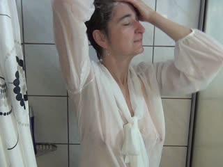 Duschen mit Bluse