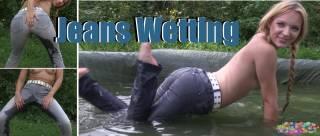 Draußen ist es noch so warm und sonnig. Ich werde einfach mal in meine Jeans pissen und dann in den Pool springen ^^