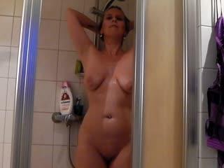Beim Duschen heimlich gefilmt