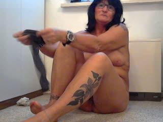 Na Du mein Fuß- und/oder Nylonfetischist !!! Möchtest Du da mal drunter liegen - wenn ich mir meiner Nylonstrümpfe anziehe ??? Dann kannst Du an meinen Füssen riechen und auch mal an ihnen lecken !!! Das ist doch was oder... Du mein Fetischist haste Lust !!!