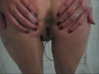 Komm mit mir unter die Dusche ;-)) Schau wie genuesslich und gruendlich ich mich dusche. Geniesse dabei besonders die geilen Analansichten ;-))