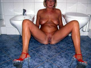 Ich sitze nackt nur mit High-Heels auf dem Boden im Badezimmer und lasse den goldenen Saft fließen. Dabei fingere ich mich, lecke die Pisse von meinen Fingern, spiele an meinen Nippeln und lecke meine Titten. Viel Spass dabei :-)))