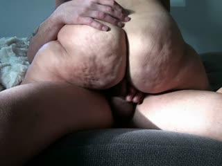 Teen Prachtarsch reitet auf dem Sofa Bubble Butt will Orgasmus