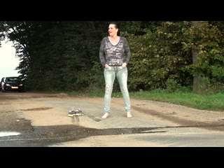Kinky-Lady pisst öffentlich auf der Landstraße in die Jeans