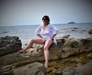 ich genoss nackt die sonne Kroatiens bis ich merkte ich werde beobachtet , das gefiel mir und ich zeigte ich einige heiße Sachen ! zum Abschluss spritzte er mir deinen ganzen Saft auf meinen Busen ! werde mich dort bald wieder mal Sonnen ! Vielleicht bist du dann mein Spanner