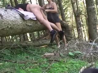 Der Sklave war etwas vorlaut und somit habe ich diesen Wurm in den Waldbestellt , was ihm sehr peinlich war , und habe seinen Sklavenarsch bearbeitet.