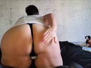 Ich werde dir in diesem Video meinen fetten Arsch zeigen...zunächst zeig ich ihn dir im String und lass ihn etwas schwabbeln ...dann ziehe ich den String aus und du siehst meinen fetten Arsch nackig mit haariger Fotze natürlich....ich werde mir dann vorstellen, das  du mit deinem Kopf unter  mir liegst ! Also strecke deine Zunge raus ich will von deinen Lappen gefickt werden ! Achja,es ist schon schwierig als Fettarschbesitzerin ins Wasserbett zu kommen hihi ...sieht etwas gequält aus grins