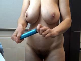 Habe mir zum Zähneputzen einen Vibrator in meine Muschi gesteckt. Natürlich putze ich sie ganz nackig. Du kannst sehen wie meine Titten wippen.