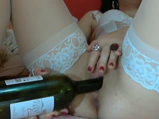 Ich stecke mir eine Weinflasche in den Arsch