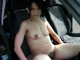 Endlich Frühling. Nackt in Auto fahren macht doch Spass. Aber vorher schnell noch Pipi machen.