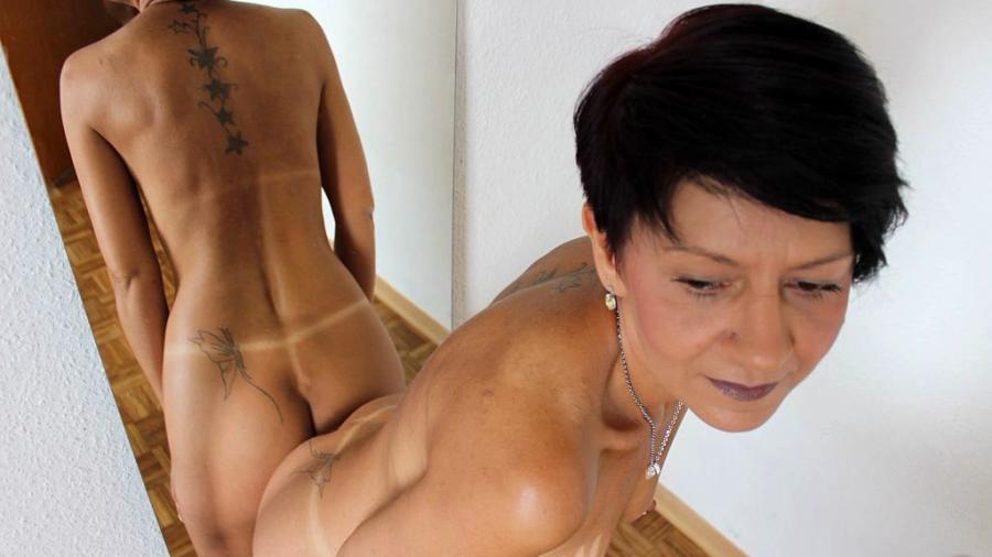 Nackt Vor Dem Spiegel