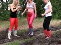3 Girls in Slinkystylez Leggins im Matsch