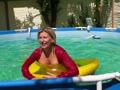 Satin Bluse , Nylons und Minirock Striptease im Pool