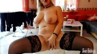 Nackt Wäscheaufhängen mit Sandy BigBoobs