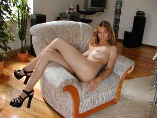 Nackt auf dem Sessel.