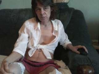 Leonyzeigt sich gern nackt